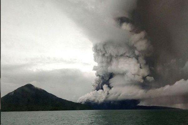 فوران آتشفشان در اندونزی سطح هشدار را بالا برد، تغییر راستا پروازها
