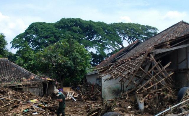محبوس شدن 11 نفر زیر گل ولای در اندونزی