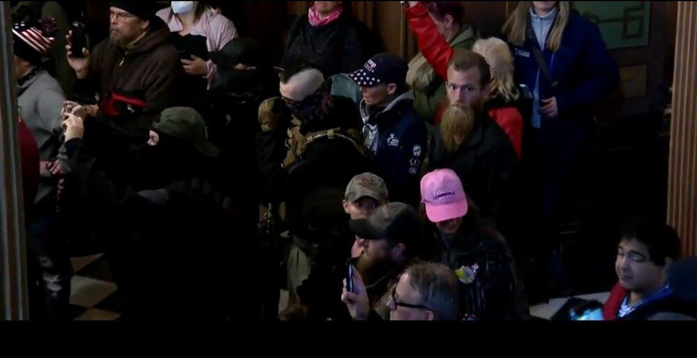 آمریکایی های خشمگین با اسلحه به سمت کنگره رفتند